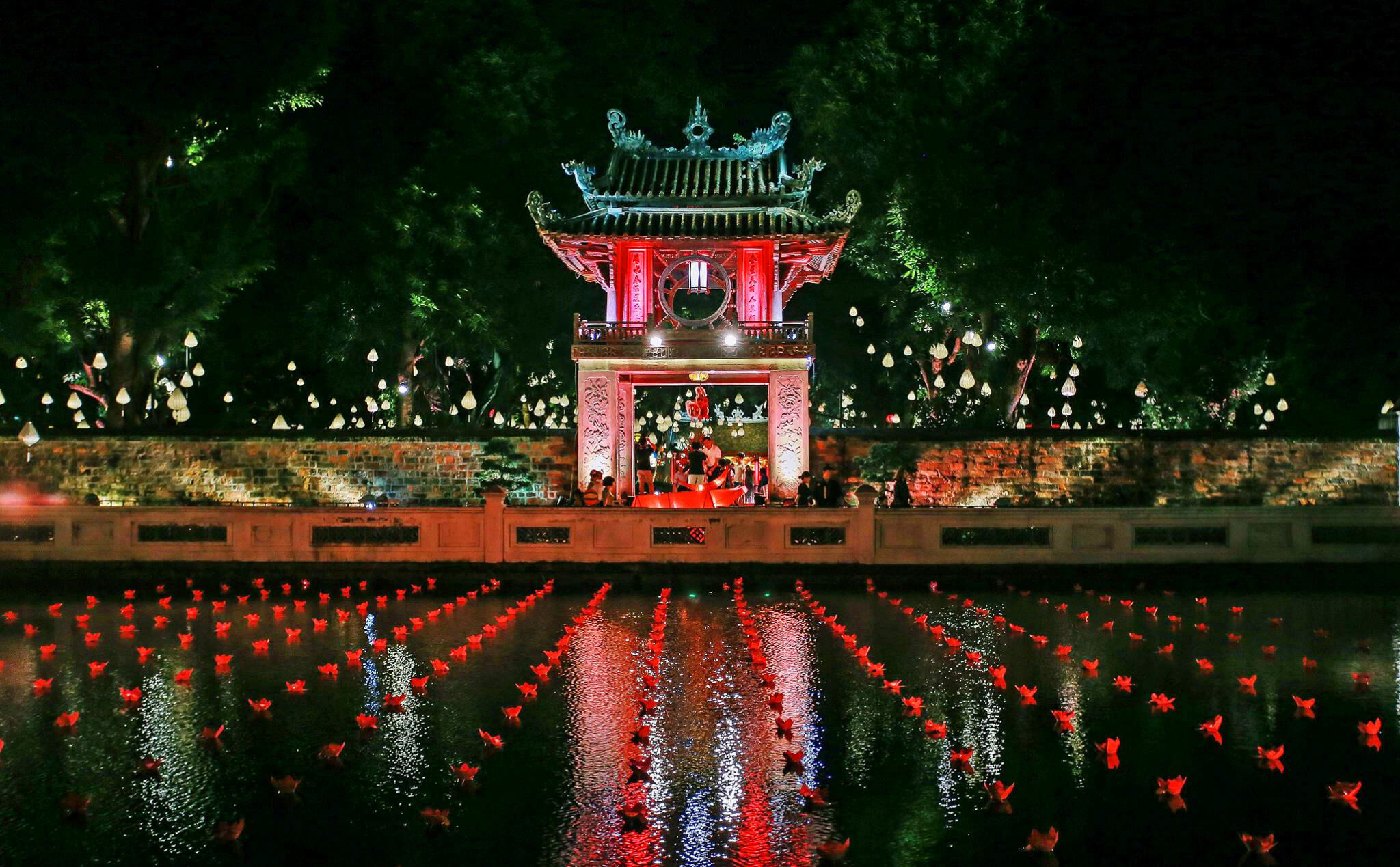 Van Mieu (Temple of Literature) by night. - Source: Internet