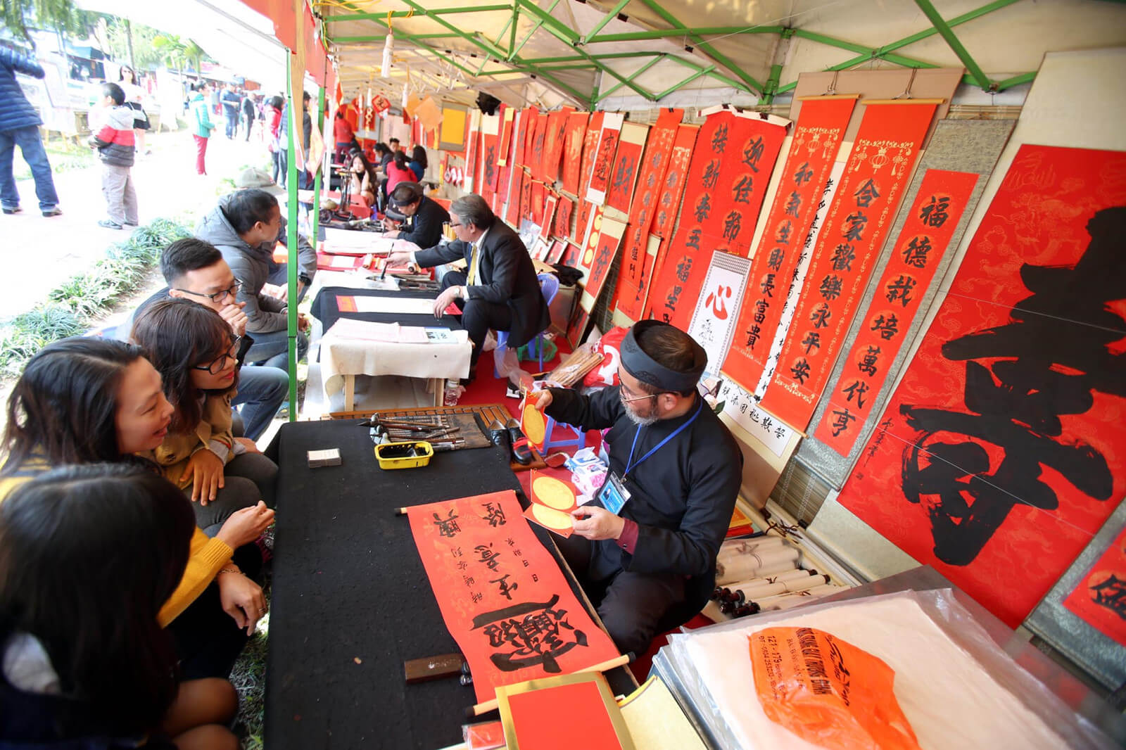 Calligraphy during the beginning of every year by the Temple of Literature - Source: Internet